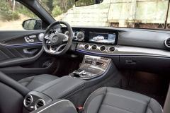 Průběžný pás displejů před řidičem vytváří atmosféru moderny