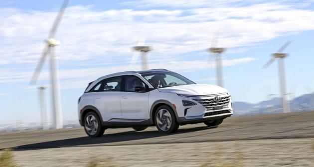 Hyundai Nexo potvrzuje, že automobil budoucnosti si bude muset elektrickou energii vyrábět přímo na palubě. Navazuje na řadu prototypů a omezených sérií odvozených z běžných typů Hyundai, přestavěných na soustavu s palivovými články, ovšem poprvé jde o zcela novou konstrukci věnovanou výhradně tomuto poháněcímu ústrojí