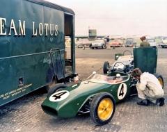 V roce 1960 ovládly britskou scénu tovární Lotusy 18 Ford Cosworth spozdějšími jezdci F1 Jimem Clarkem, Trevorem Taylorem a Peterem Arundellem