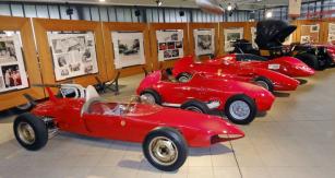 Italská značka Stanguellini úspěšně přešla z motorů vpředu na motory vzadu; v popředí Stanguellini Junior Delfino zroku 1961