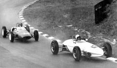 Peter Procter (Gemini Mk.IVA Ford) vede před Johnem Fenningem (Lotus 20 Ford) na okruhu Brands Hatch (1962)