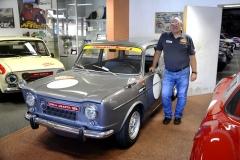 Simca Abarth 1150SS (šestistupňová převodovka), jedna z několika málo vyrobených amožná jediná z přeživších shrdým majitelem muzea. Nabízel ji za 40 000 eur
