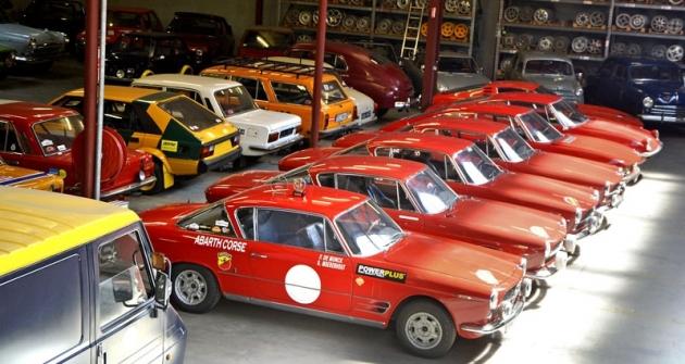 """Flotila rudých fiatů – kupé 2300. Tyto mohutné vozy byly velmi rychlé, zvláště v úpravě Abarth (poznáme je podle """"S"""" v názvu – 2300 S), dosahovaly rychlosti 190 až 200 km/h a vyhrály mnoho domácích závodů do vrchu a na okruzích"""