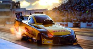 Funny Cars jsou dnes dokonce rychlejší než speciály kategorie Top Fuel.