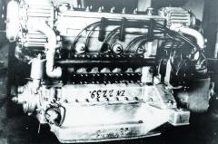Dvanáctipístový řadový šestiválec Z6V typu Junkers sprotiběžnými písty, dvěma klikovými hřídeli spřaženými ozubenými koly apřeplňovaný dvěma lopatkovými kompresory Zoller.