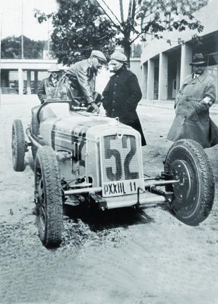 """Vrcholný závodní model vozidel """"Z"""" stypovým označením Z14 zroku 1931 vzešel zkonstrukčního pera Ing.Vladimír Součka. Podvozek akarosérie nezapře výraznou inspiraci vozidlem Bugatti 35, včetně paprskových litých kol. Pod kapotou byl osmipístový, příčně zdvojený dvoudobý přeplňovaný čtyřválec ozdvihovém objemu 1,444l. Motor byl poněkud náladový (kvůli složité konstrukci hlavy motoru docházelo kjejímu častému praskání), avšak když vněm tzv. """"chytly saze"""", vůz se vmaximální rychlosti blížil 190 km/h. Nafotografii je vůz zachycen zahlavní branou brněnského výstaviště. Postava vylézající zkokpitu je pravděpodobně brněnský závodník Bruno Sojka."""