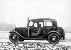 Tudor Škoda 420 měl dveře zavěšené vpředu a sklopná opěradla předních sedadel