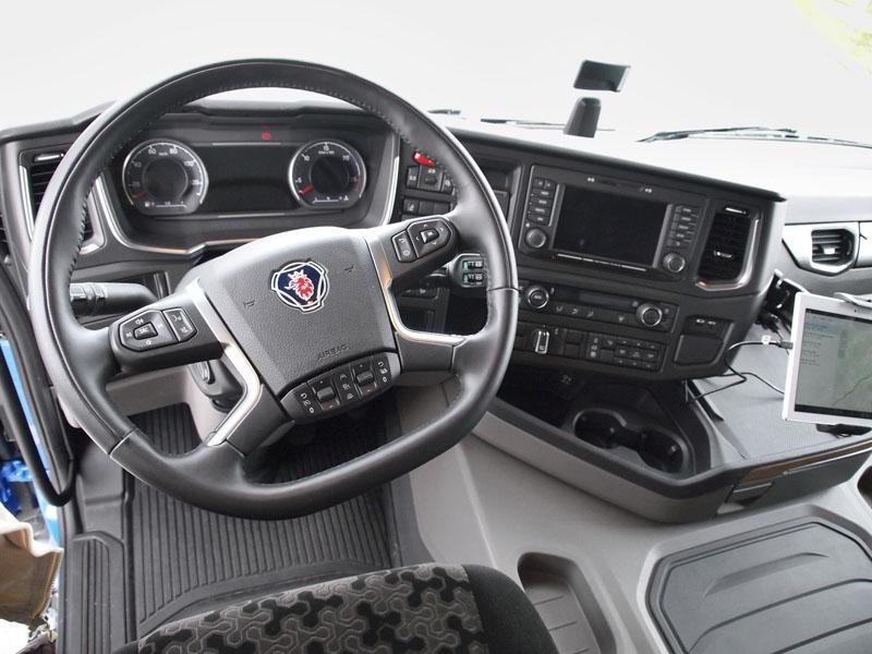 Pracoviště řidiče svýbornou ergonomií nabízí všechny spínače vdosahu i připoutaného řidiče