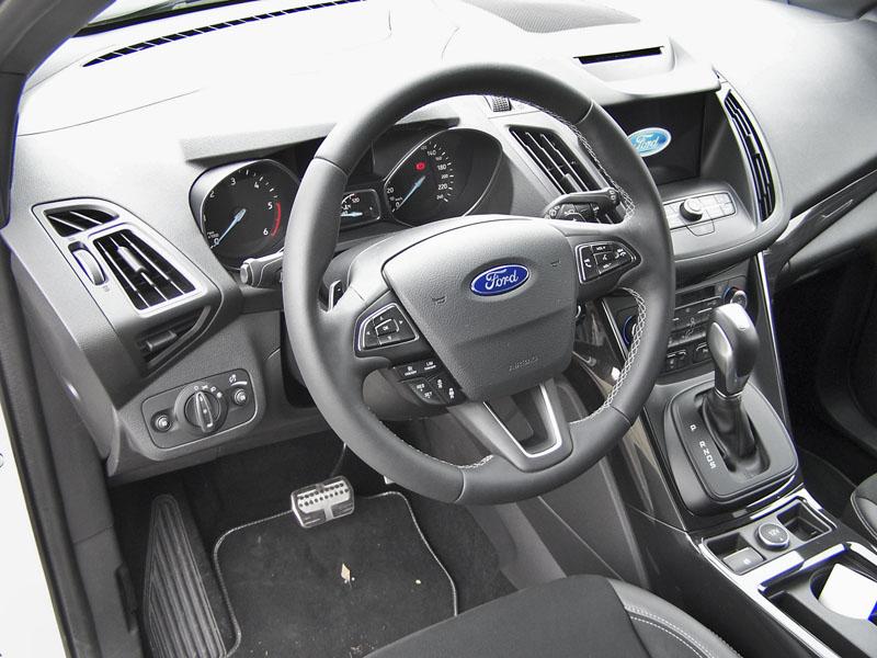 Ford – Vše vdobrém dosahu, dostatek místa, u voliče jízdního režimu je malý spínač elektronické parkovací brzdy