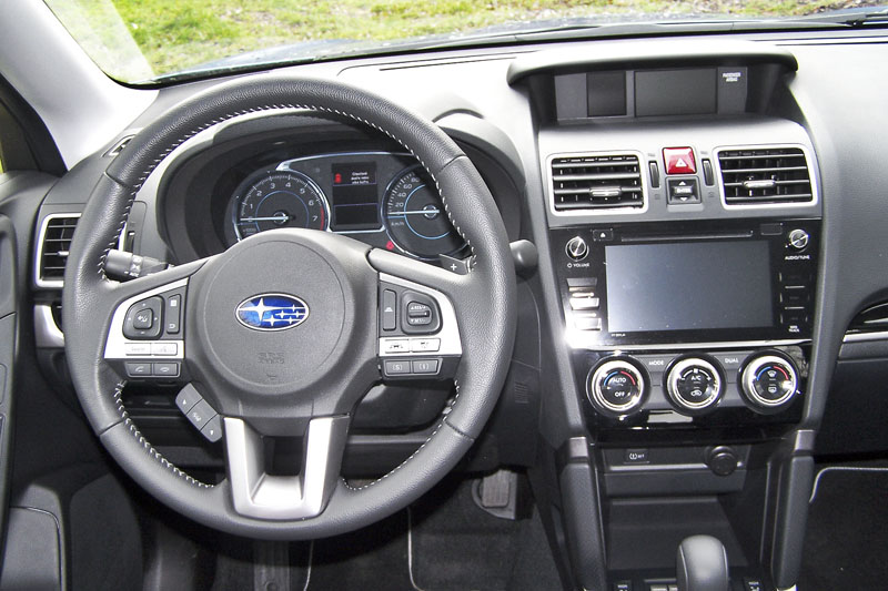 Subaru – Pracoviště řidiče přehledné, kůží obšitý volant výborně padne do ruky