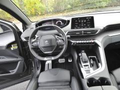 Peugeot – Palubní deska je efektní na pohled, ale také přehledná. Na volant zploštělý vdolní části jsem si rychle zvyknul