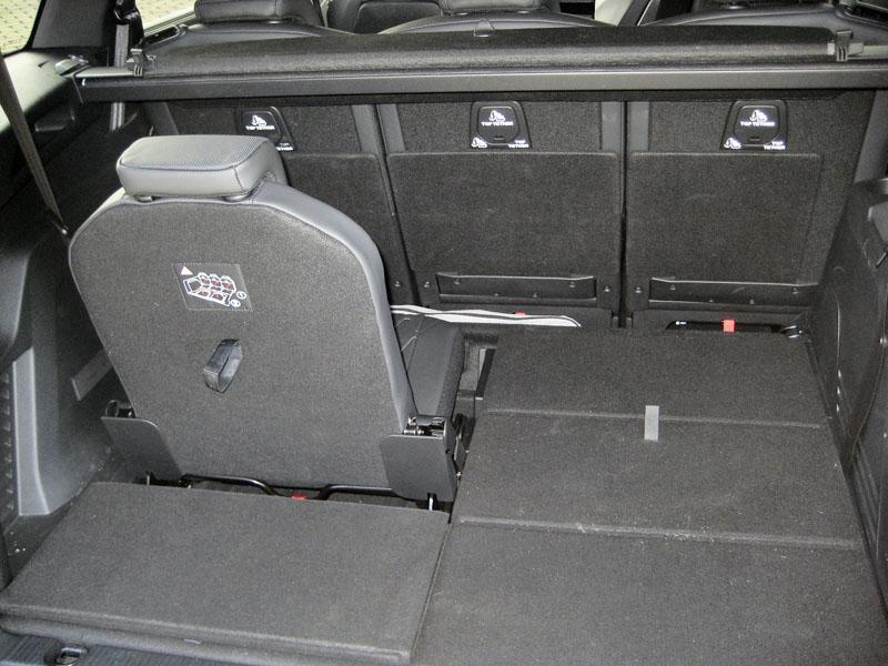 Peugeot – Dvě nouzová sedadla ve třetí řadě jsou složena vpodlaze zavazadlového prostoru