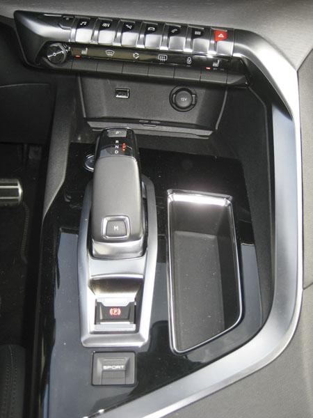 Peugeot – Před voličem automatu je dvakrát sedm klávesnic pro ovládání nejdůležitějších funkcí