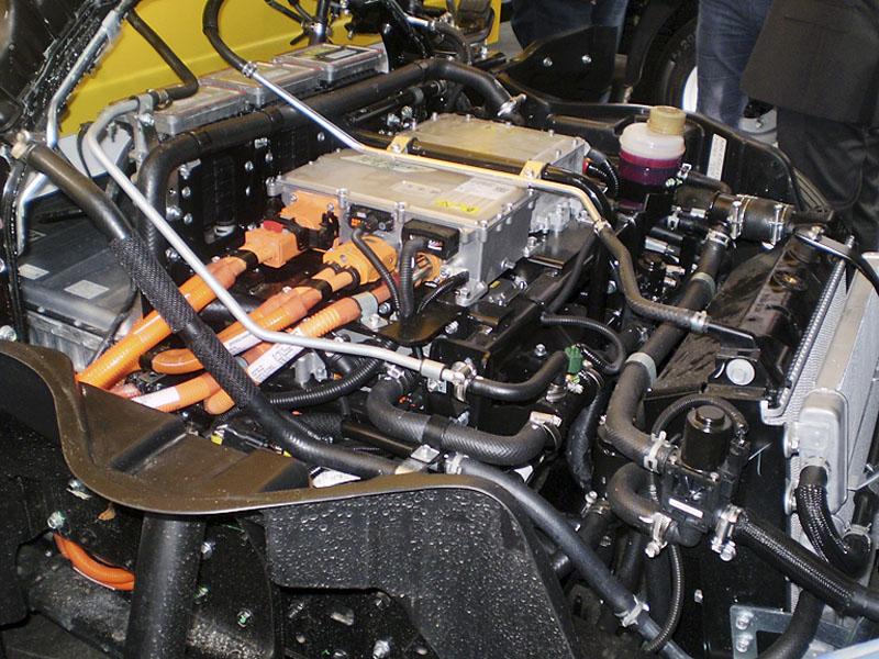 Místo vznětového motoru je nyní řídicí elektronika, její chladiče a kabeláž