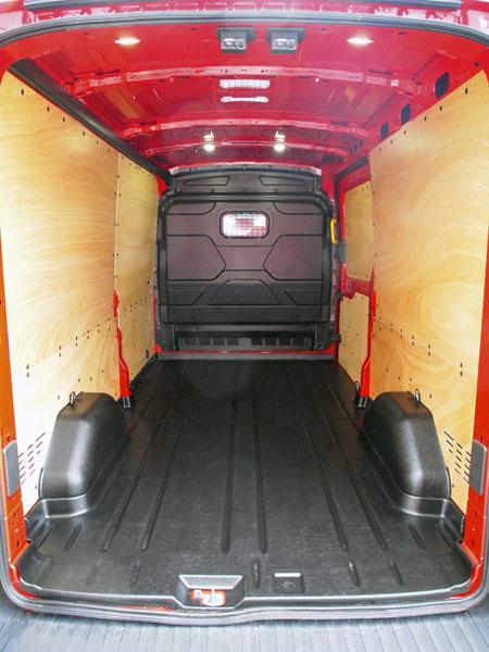 Ford – Nákladový prostor o objemu 11 m3 měl na bocích překližku a na podlaze tvrdou gumu
