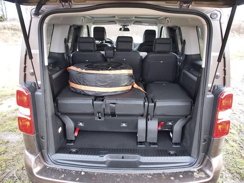 peugeot-Varianta osmi sedadel již nemá zavazadlový prostor a je problém sumístěním rezervního kola