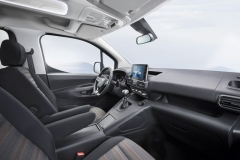 Interiér osobní verze malého LUV je na úrovni osobního vozu