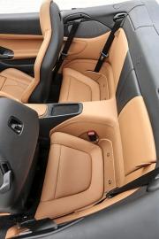 Nově vyvinutá sedadla mají hořčíkové nosné struktury a díky tomu o 20 % menší hmotnost. Zadní sedadla jsou spíše nouzová