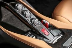 Palubní deska má specifické řešení smaximem ovladačů na volantu. Obsluha převodovky se omezuje na tyto spínače apevně umístěné řadicí páky na sloupku volantu