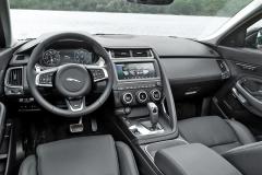 Design Jaguaru E-Pace se inspiroval u typu F-Type, což je velmi dobře patrné také v interiéru. Celý středový panel je prakticky stejný