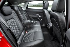 Druhá řada sedadel je poněkud stísněná, ale to platí o Range Roveru Evoque také a zákazníci ho přesto stále kupují ve velkém