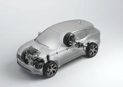 Jaguar E-Pace stojí na platformě Range Roveru Evoque. Proto má motor uložený napříč a využívá stále hnanou přední nápravu. Systém pohonu všech kol zajišťuje mezinápravová spojka, u vrcholných variant P300 a D240 je nahrazena systémem Active Driveline se spojkami místo zadního diferenciálu