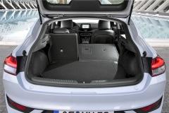 Zavazadlový prostor je větší než u hatchbacku, ale menší než u Kombi. Zadní opěradla lze sklápět do roviny s jeho podlahou. Přístup je poněkud omezen vysokou nákladovou hranou