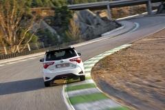 Yaris GRMN připomíná soutěžní Yaris WRC nejen barvou polepu, alei spoilerem nahraně střechy auprostřed vyvedenou koncovkou výfuku