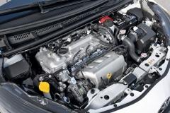 V motorovém prostoru není místa nazbyt, proto byl kladen důraz na maximálně kompaktní zástavbu kompresoru a chladiče stlačeného vzduchu