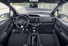 Interiér Yarisu GRMN na vás dýchne sportovní atmosférou. Volant smenším průměrem vychází z kupé GT86, nechybějí hliníkové pedály, hlavice řadicí páky ani kontrastní červeno-bílé prošívání