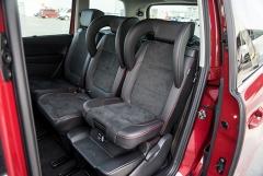 Nepřekonatelná variabilita zadních sedadel (zde s integrovanými dětskými sedačkami), za nimi je další dvojice míst