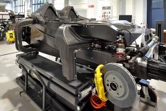 Skořepina je stejně jako povrchové díly karoserie vyrobena z kompozitů vyztužených uhlíkovými vlákny