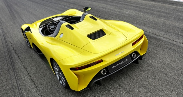 Z odtrhových hran na zádi je jasně patrný značný důraz na účinnost aerodynamiky