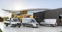 Nový Mercedes-Benz Sprinter. Základnívarianty, zleva valník, minibusaskříňová dodávka
