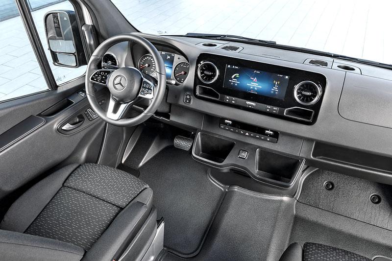 Pracoviště řidiče sdisplejem informační a navigační soustavy uprostřed palubní desky