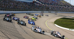 Will Power (tradičně číslo 12) a Helio Castroneves hájí barvy týmu Rogera Penskeho na závodním oválu v Iowě