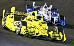 Francouz Simon Pagenaud, mistr Indy Car 2016, změnil barvu vozu podle sponzora pro návrat na ovál Gateway