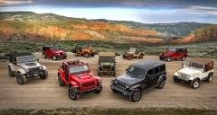 Jeep Wrangler JL (2018) ve dvoudveřovém a čtyřdveřovém provedení ve společnosti svýchpředchůdců
