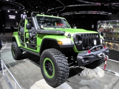 Jeep Wrangler JL v dlouhé verzi a provedení bez dveří (na letošním autosalonu vDetroitu)