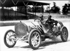 Závodník Louis Chevrolet za volantem Buicku 10 (cca 1909)