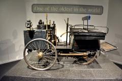 Jedním znejstarších automobilů světa je De Dion, Bouton et Trépardoux (cca 1887) poháněný dvoupístovým parním motorem