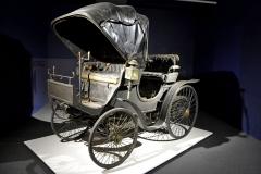 Jeden z prvních Peugeotů, Typ 6 (1894), poháněl dvouválec 1,2 l (24 km/h). Vůz nebyl nikdy restaurován