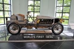 V proskleném pavilonku na konci dvorany zaujal čestnou pozici Spyker 60-HP (1903), první automobil na světě s šestiválcem, pohonem všech kol a brzdami na všech kolech