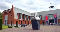 Muzeum zasazené v parku bohatě využívá prvky tradiční holandské architektury sfasádami z režných červených cihel