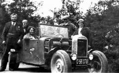 První automobil Hara ještě bez kapoty asprovizorním chladičem zvozu Amilcar