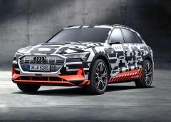 První elektromobil Audi s názvem e-tron se prozatím maskuje, jeho tvary jsou ale již jasně patrné. Bude konkurentem například Jaguaru I-Pace