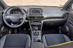 Interiér je oproti karoserii řešen konvenčně, ergonomie je příkladná