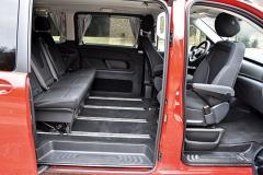 Lavice druhé řady je v omezeném pásmu podélně posuvná, obě přední sedadla lze otáčet proti směru jízdy