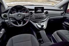 Pracoviště řidiče je hlavně praktické, ale rozložením a logikou kontrolních a ovládacích prvků i moderní výbavou připomíná třídy C a E
