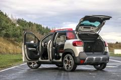 Citroën C3 Aircross je na poměry malých crossoverů docela velký a prostorný. Kvůli snad až přehnaně vysoko posazeným sedadlům ale uvnitř najdete překvapivě málo místa nad hlavou
